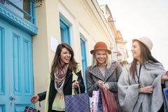 Drie beste vrienden die op de straat lopen Jonge vrouwelijke beste fri Stock Foto