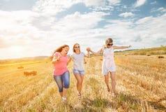 Drie beste vrienden die pret hebben in openlucht Royalty-vrije Stock Afbeeldingen