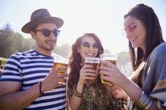 Drie beste vrienden die toost voor hun vriendschap maken stock fotografie
