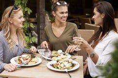 Drie beste vrienden tijdens lunchtijd royalty-vrije stock afbeelding
