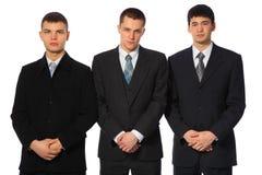 Drie bevindende jonge zakenlieden Royalty-vrije Stock Foto's