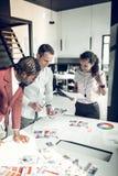 Drie binnenlandse ontwerpers die kleuren voor nieuw project kiezen stock fotografie