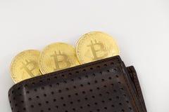 Drie Bitcoin-tekenen die een portefeuille, op witte achtergrond naar voren komen royalty-vrije stock afbeelding