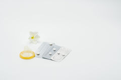 Drie blaarpak noodsituatie contraceptieve pillen met condoom en bloem Royalty-vrije Stock Foto