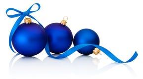 Drie Blauwe die Kerstmisballen met lintboog op wit wordt geïsoleerd Royalty-vrije Stock Foto's
