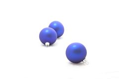 Drie blauwe Kerstmisballen stock fotografie