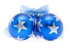 Drie blauwe Kerstmisballen met lint Royalty-vrije Stock Fotografie