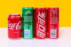 Drie blikken van Coca-Cola en men kunnen SPRITE, drie die blikken in Chinees worden geschreven royalty-vrije stock afbeelding