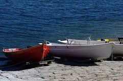 Drie boten die dichtbij het water worden vastgelegd Stock Foto