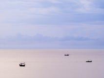 Drie boten en pastelkleurhemel Stock Foto's