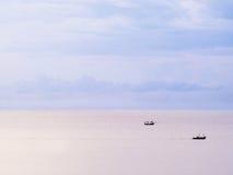 Drie boten en pastelkleurhemel Royalty-vrije Stock Afbeelding