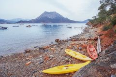 Drie boten op het strand en boten in het overzees op de achtergrond Royalty-vrije Stock Foto