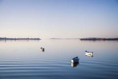 Drie boten op vreedzaam meer royalty-vrije stock fotografie