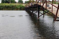 Drie broers kwamen aan de brug in het dorp over de rivier vissen Royalty-vrije Stock Foto's