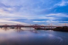 Drie bruggen, vooruit spoorwegbrug, vooruit Wegbrug en Queensferry die, over Firth van vooruit dichtbij Queensferry in Schotland  royalty-vrije stock afbeelding