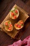 Drie Bruschette met Tomaat en Rocket Salad Royalty-vrije Stock Foto