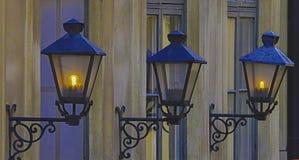 Drie buiten oude lampen stock afbeeldingen