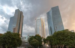 Drie bureaugebouwen Deuthce Bahn in het midden bevinden zich onder een bewolkte hemel royalty-vrije stock afbeelding