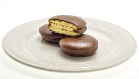 Drie cakes met heemst, die met donkere chocolade met een laag wordt bedekt Royalty-vrije Stock Foto's