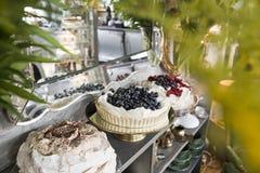 Drie cakes op een uitstekende plank op de achtergrond van een spiegel royalty-vrije stock afbeeldingen