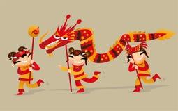 Drie Chinese jonge geitjes die draakdans spelen om de Chinese Nieuwjaar komst te vieren Royalty-vrije Stock Afbeelding