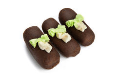 Drie chocoladecake met geïsoleerdek rozetten Stock Afbeeldingen