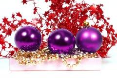 Drie chrispmas purpere ballen Royalty-vrije Stock Afbeeldingen