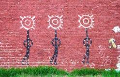 Drie cijfers van Inheemse Amerikaanse muurschildering op bakstenen muur in circa 2010 van Tulsa Oklahoma de V.S. Stock Fotografie