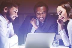 Drie collega's bespreken hun bedrijfsvooruitzichten Royalty-vrije Stock Afbeeldingen