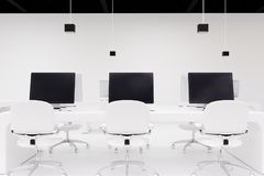 Drie computers met de zwarte schermen, bureau royalty-vrije illustratie