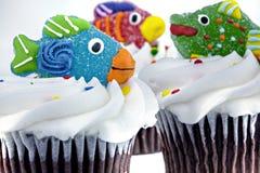 Drie cupcakes die met suikergoedvissen wordt verfraaid Stock Afbeeldingen
