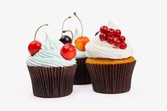 Drie cupcakes met vruchten Stock Fotografie