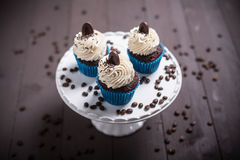 Drie cupcakeswhit koffie Stock Afbeelding