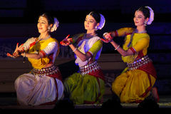 Drie Dansers die Odisi-Dans synchroon uitvoeren Royalty-vrije Stock Fotografie