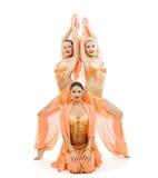 Drie dansers in heldere Arabische stadiumkostuums Stock Foto's