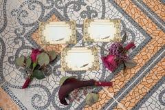 Drie Decoratieknoopsgat en huwelijk drie vleiend met vrije ruimte op hen royalty-vrije stock afbeelding