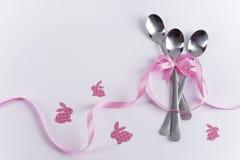 Drie dessertlepels met roze decoratie en konijntjes voor jong geitje Royalty-vrije Stock Fotografie