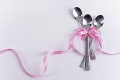Drie dessertlepels met roze decoratie voor de partij van het jonge geitje Royalty-vrije Stock Afbeelding
