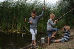 Drie die broers worden verzameld om te vissen Stock Foto