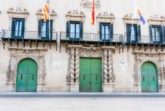 Drie die grote groene deuren met hierboven binnen vensters en vlaggen opleggen Royalty-vrije Stock Afbeelding