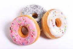 Drie die heerlijk en donuts met verschillend aroma donuts en zoet de verslavingsconcept van de bovenste laagjessuiker verleiden stock fotografie