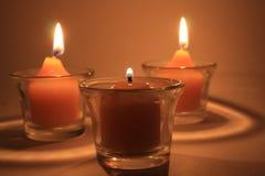 Drie die kaarsen begraven Stock Fotografie