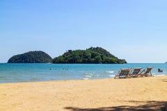 Drie die ligstoelen op het strand met overzees, heldere hemel op de achtergrond in Koh Mak in Trat, Thailand vouwen Seizoengebond stock afbeelding