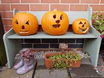 Drie die pompoenen door kinderen voor Halloween worden gesneden, allen zegent Vooravond Royalty-vrije Stock Afbeeldingen