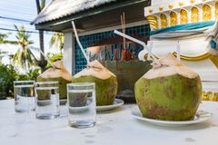 Drie die porties van de cocktail van pinacolada in kokosnoten op Phuket, Thailand wordt gemaakt stock afbeeldingen