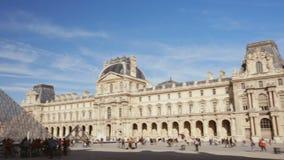 Drie die schoten van het latmuseum vestigen in Parijs op een zonnige dag stock videobeelden
