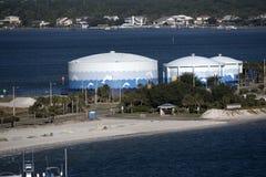 Drie die tanks van de wateropslag met Dolfijnen in Pensacola Florida de V.S. worden geschilderd Stock Afbeeldingen