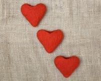 Drie die valentijnskaarten worden gemaakt van felted wol in de vorm van harten Royalty-vrije Stock Afbeelding