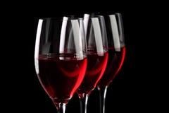 Drie die wijnglazen op zwarte worden geïsoleerd Stock Afbeeldingen