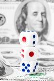 Drie dobbelen op dollars nota nemen van Stock Fotografie